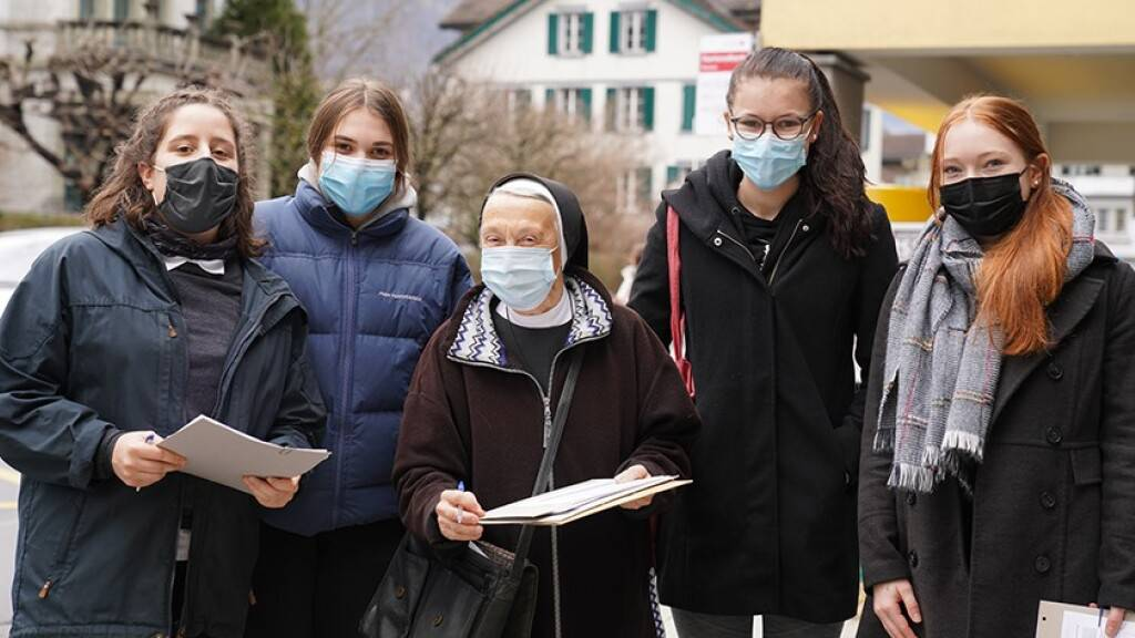 Eine Ingenbohler Schwester sammelt mit Lernenden in Brunnen SZ Unterschriften gegen die Fusion des Kollegiums Schwyz und des Theresianums Ingenbohl.