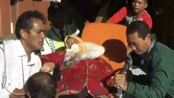 Eine verletzte Passagierin des Flugs EY 474 wird nach der Landung in Jakarta medizinisch behandelt.