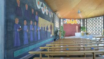 Die Ausmalung der Kirche Bruderklaus in Oberwil bei Zug war 1960 eine Provokation und ist vorübergehend mit Vorhängen verdeckt worden.