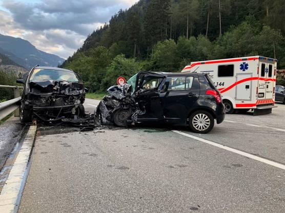 Rhäzüns GR, 17. September: Eine 49-jährige Autolenkerin ist tödlich verunfallt. Ein 35-jähriger Lenker verletzte sich leicht. Drei Autos waren am Unfall beteiligt.