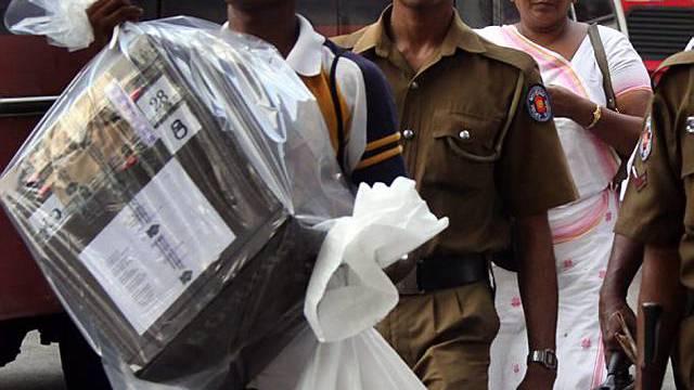 Offizielle Wahlhelfer mit versiegelten Wahlzettel