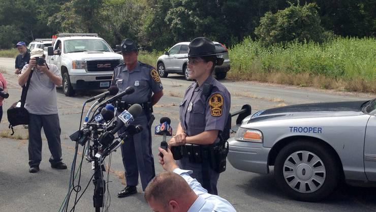 Ein Polizist informiert die Medien über den mutmasslichen Täter.