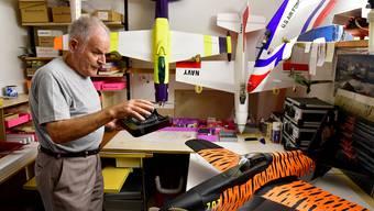 Rolf Weyermann, Modellbauer und Modellflieger, in seiner Werkstatt