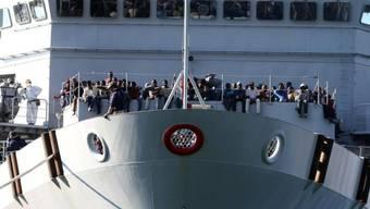 Flüchtlinge auf einem Schiff der italienischen Marine (Archiv)