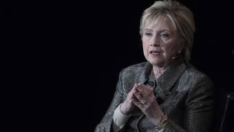 Die gescheiterte Präsidentschaftskandidatin Hillary Clinton macht zwei Männer für ihre Wahlniederlage verantwortlich.