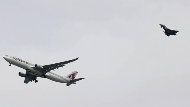 Kampfjet eskortiert Passagierflugzeug Airbus A330