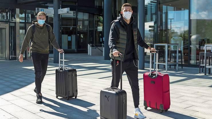 Die YB-Spieler Michel Aebischer und Christian Fassnacht treffen im Naticamp ein. Natürlich mit Mundschutz.