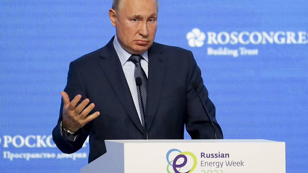 Kremlchef Wladimir Putin, droht dem Friedensnobelpreisträger Dmitri Muratow bei einer Rede während der Plenarsitzung der Russischen Energiewoche. Putin mahnt den Journalisten zur Achtsamkeit. Foto: Sergei Ilnitsky/Pool BelTa/AP/dpa