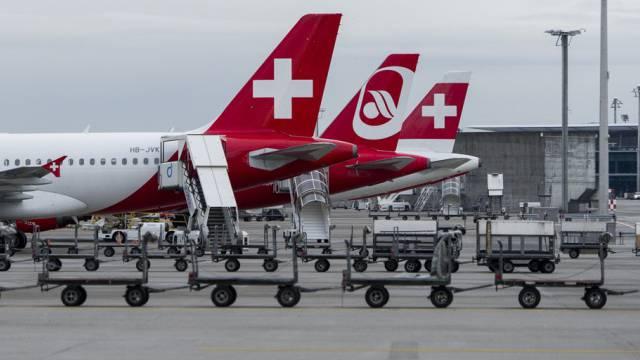 Flugzeuge der Swiss und Air Berlin am Flughafen Zürich (Archiv)