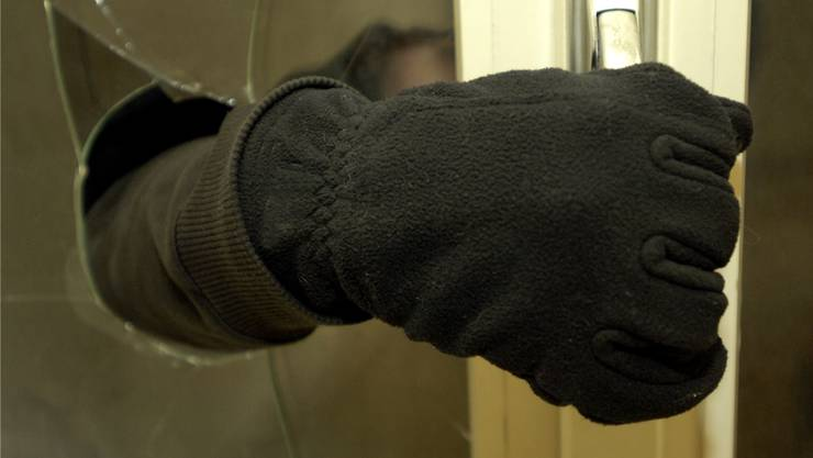 Gemäss erster Erkenntnisse haben die Einbrecher versucht sich durch ein Fenster Zugang zu verschaffen. (Symbolbild)