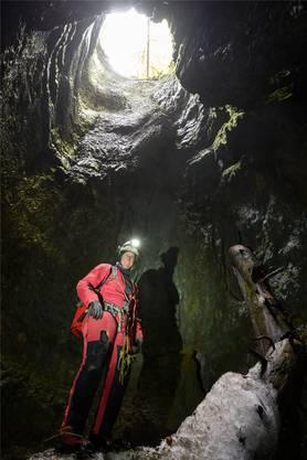 Die Höhlenforscherin Eve Chédel unter einem der drei Schächte der Glacière de Monlési.
