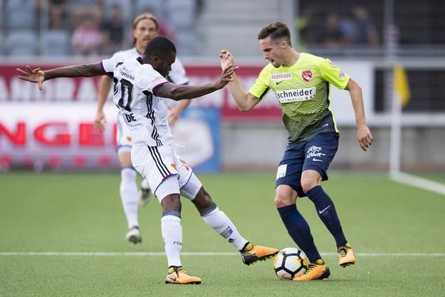 Serey Dié versucht Mickael Facchinetti den Ball abzunehmen.
