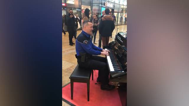 Schweizer Piano-Polizist geht um die Welt