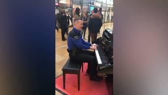 Das Video eines klavierspielenden Polizisten am Genfer Bahnhof geht viral. «Es war absolut spontan», sagt der Ordnungshüter.