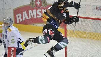 Berns Christoph Bertschy bezwingt Ambri-Keeper Schäfer zum 3:0.