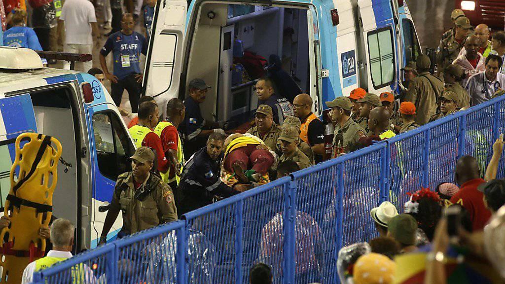 Rettungskräfte im Einsatz nach dem Unfall bei der Karneval-Parade in Rio de Janeiro.