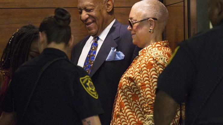 Der angeklagte US-Entertainer Bill Cosby und seine Frau Camille bei der Ankunft im Gericht in Norristown.