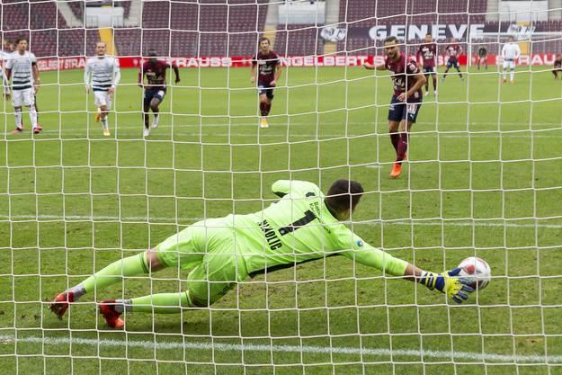 Djordje Nikolic kann den Elfmeter von Servettes Alex Schalk nicht parieren. Der FCB verliert in Genf 0:1.