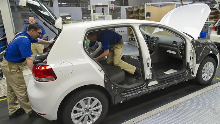 """VW-Betriebsratschef Osterloh ist fassungslos: """"Dass unsere Kolleginnen und Kollegen unter ihren Latzhosen künftig mit freiem Oberkörper arbeiten sollen - das machen wir nicht mit""""."""