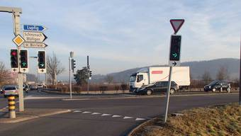 Ein Autofahrer beschädigt die Ampel an der Kreuzung Lenzburgerstrasse/Zentralstrasse und flüchtet.