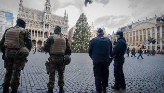 Polizei und Soldaten bewachen die Grand Place - flämisch: Grote Markt - in der Altstadt von Brüssel.