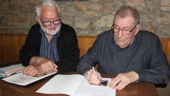 Werner Bachmann (links) und Alfred Rentsch freuen sich über die gelungene Jubiläumsschrift.
