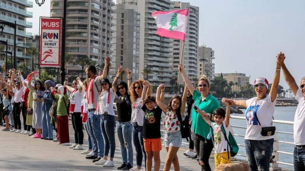 Tausende Libanesinnen und Libanesen bildeten eine 170-Kilometer lange Menschenkette vom Norden in den Süden - wie hier an der Corniche in Beirut.