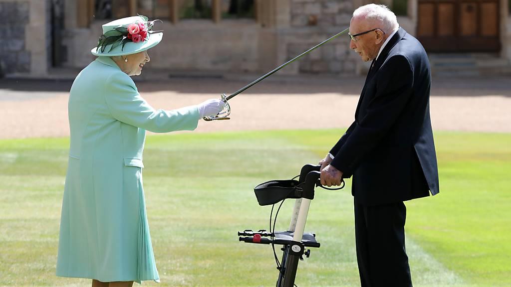 Queen (94) schlägt Rekord-Spendensammler Moore (100) zum Ritter