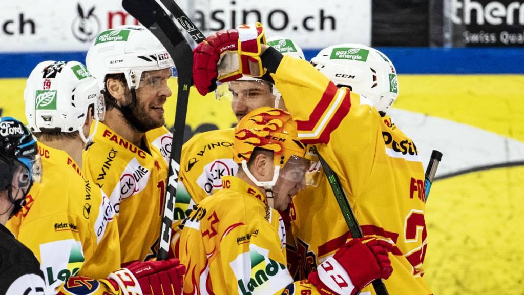 Jubel bei den Spielern des EHC Biel: Die Seeländer gewinnen in der Champions Hockey League das Viertelfinal-Hinspiel auswärts gegen Titelverteidiger Frölunda Göteborg 3:2