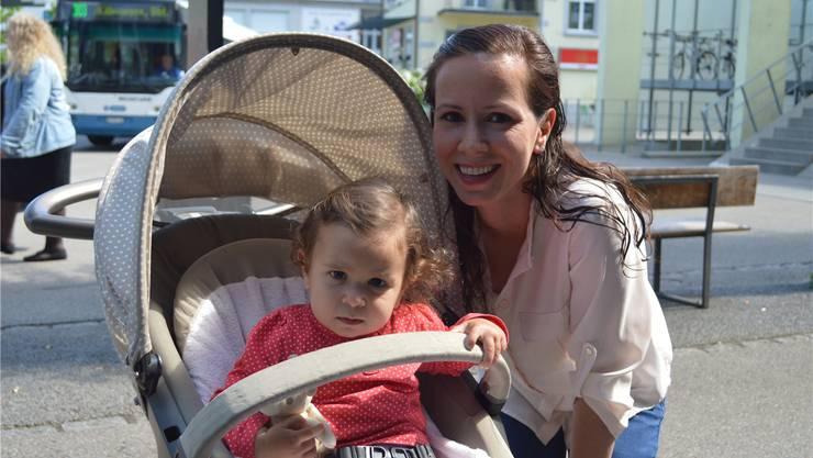 Emine Pusat (26) mit Tochter Melina (1), Dietikon