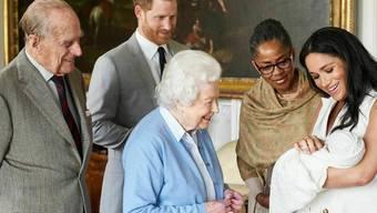 Prinz Harrys Sohn Archie (hier auf dem Arm seiner Mutter Meghan) ist vor knapp zwei Wochen in einem Londoner Edelkrankenhaus zur Welt gekommen - und nicht wie spekuliert bei einer Hausgeburt. (Archivbild)