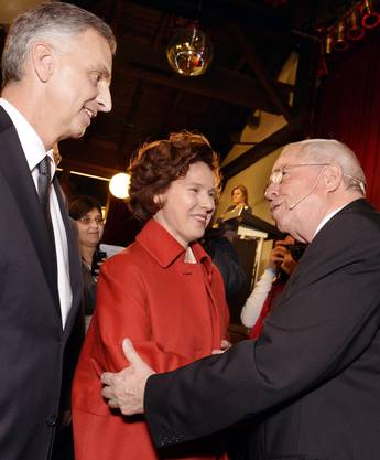Didier Burkhalter (links) fühlte sich wohl an der Albisgüetli-Tagung der Zürcher SVP. In der Mitte, Burkhalters Frau Friedrun und rechts, alt-Bundesrat und Nationalrat Christoph Blocher.