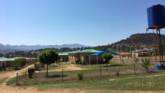 Rechts im Bild ist der Wassertank des SOS-Kinderdorfs zu sehen. Das Wasser wird von einem rund 150 Meter tiefen Bohrloch hierhingepumpt.