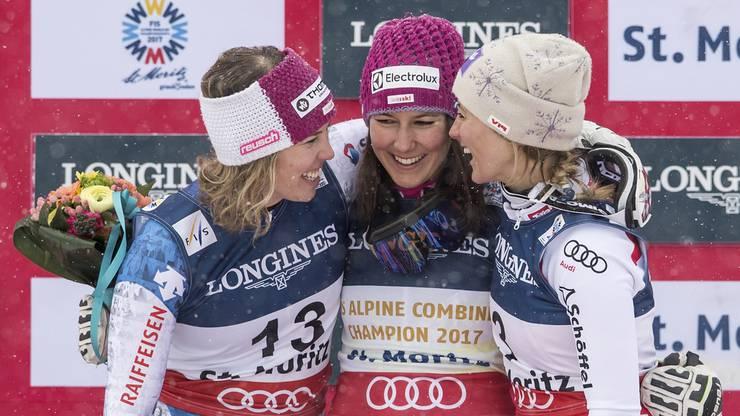 Die Siegerinnen tauschen auf dem Podest ein Lächeln aus.