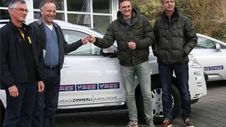 Marc Hodel (ganz rechts) und Giuseppe Longa (Garage Zimmerli Aarau) stellen Kurt Röthlisberger (Nez Rouge) zehn Autos zur Verfügung, René Altschul (TCS) bildete die freiwilligen Fahrer in speziellen Kursen aus. Hans Peter Urech / ZVG