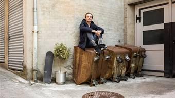 Das Skateboard hat er immer dabei: Robin Fischer im Oederlinareal vor dem Bandraum.Sandra Ardizzone