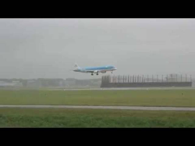 Landungen am Flughafen Schiphol während des Sommersturms am 25. Juli 2015.