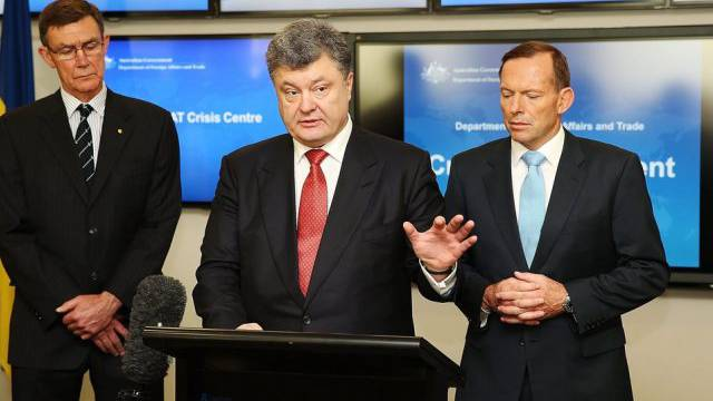 Ukraines Präsident Poroschenko (m) mit Australiens Premier Abbott