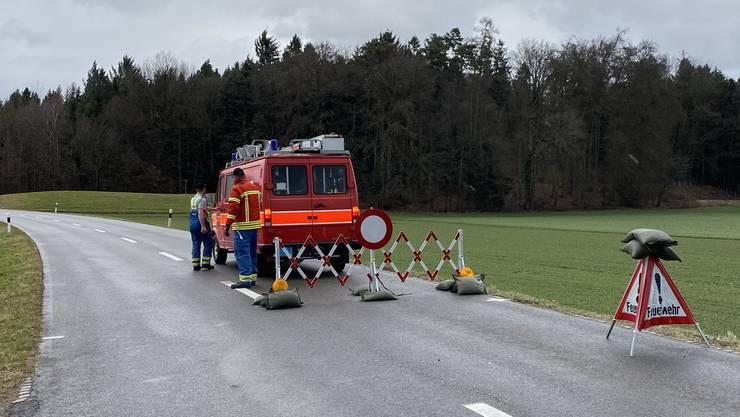 Die Feuerwehr sperrte aus Sicherheitsgründen die Strasse zwischen Hermetschwil und Bünzen
