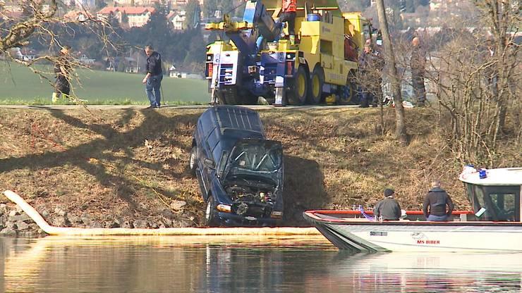 Das Auto war am Donnerstagvormittag von einem Feldweg aus gerade in den Fluss gefahren.