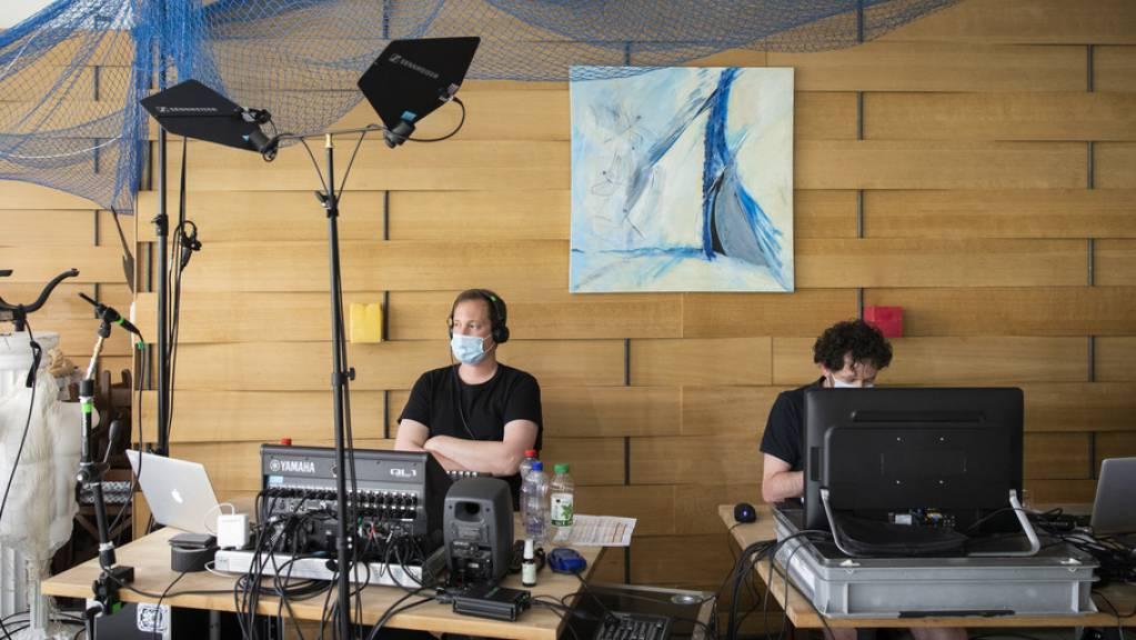 An der diesjährigen Online-Ausgabe der Solothurner Literaturtage haben Licht- und Tontechniker eine zentrale Aufgabe. So auch im Hintergrund des Lifestreams von «Skriptor Lyrik» am Samstag: Lyrikerin Ruth Loosli stellte unveröffentlichte Gedichte zur Debatte.