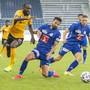 Nicolas Moumi Ngamaleu (links) von YB gegen die Luzerner Marco Bürki (Mitte) und Idriz Voca