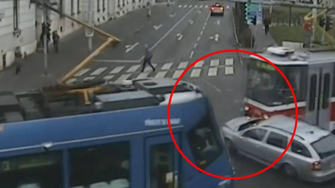 Horror-Unfall: Hier gerät ein Autofahrer zwischen zwei Trams – und kommt heil davon