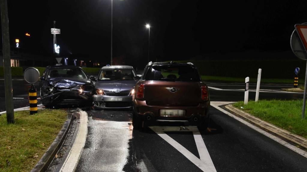 Bei dieser Kollision dreier Fahrzeuge in Sennwald verletzten sich zwei Frauen.