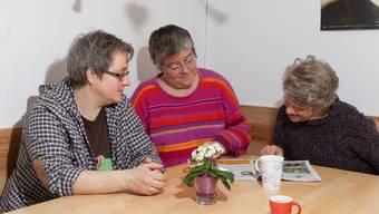 Gisela Kammermann (l.) und Christina Bärtschi mit einer Pensionärin in der Wohnküche.