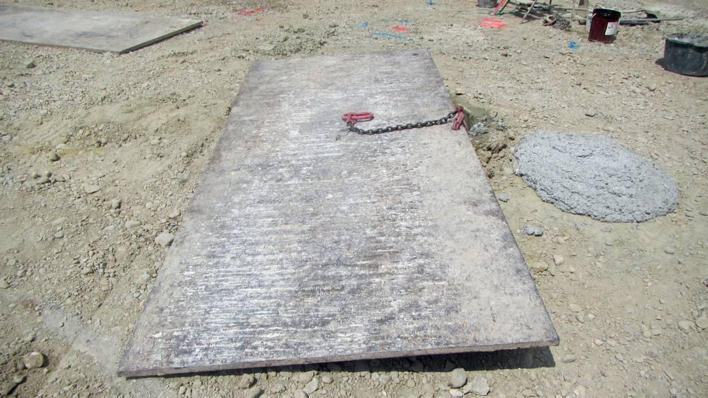 Diese Stahlplatte klemmte den Bauarbeiter ein.