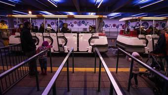 Die Schliessung von Themenparks rund um den Globus hat den Unterhaltungskonzern Walt Disney im ersten Quartal bereits viel Geld gekostet. (Archivbild)