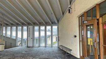 Der überdachte Eingang vom Schulhaus Büel A gehört zu den videoüberwachten Bereichen.
