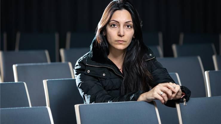 Die assyrisch-evangelische Pastorin Dabrina Schwan im modernen Gebetssaal des «Chrüzpunkt» in Wettingen.