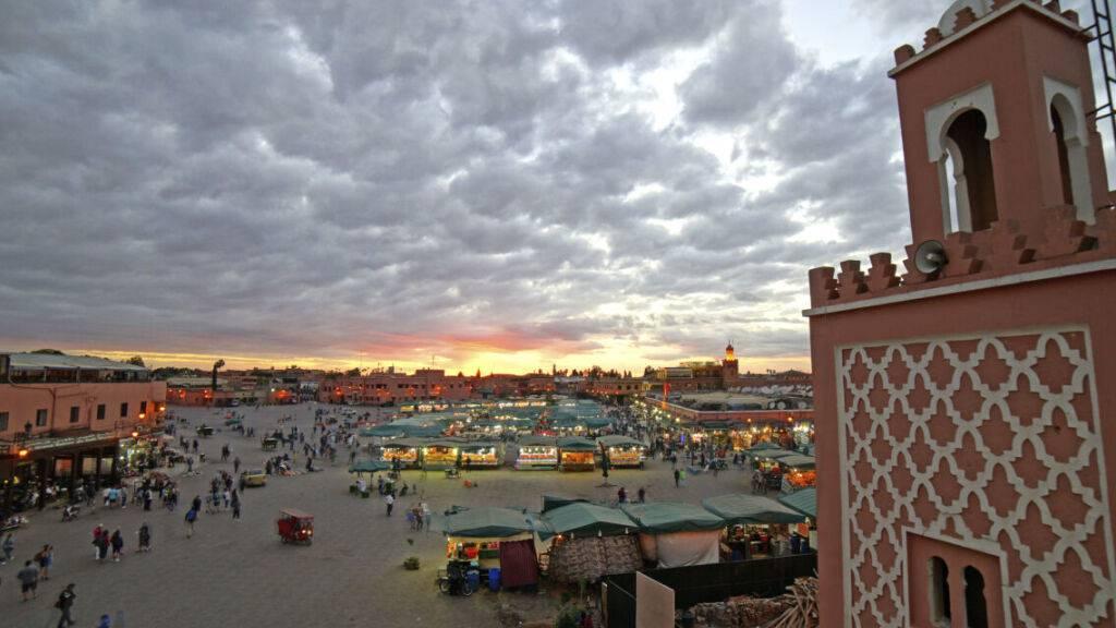 ARCHIV - Der zentrale Platz Djemaa el-Fna in Marrakesch. (Archivbild) Foto: Robert Günther/dpa-tmn